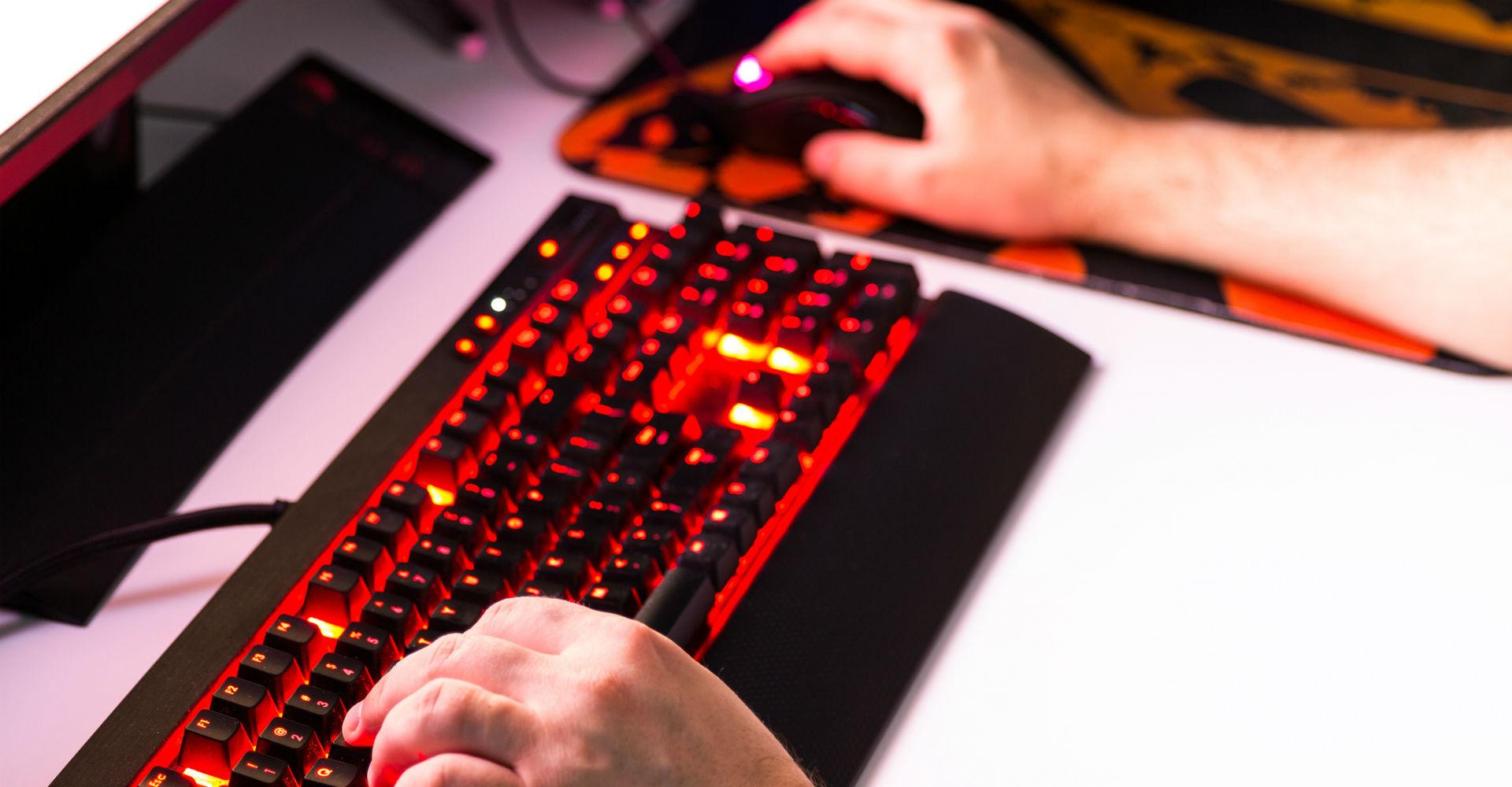 Junger Mann spielt über den Computer Free to Play-Games.