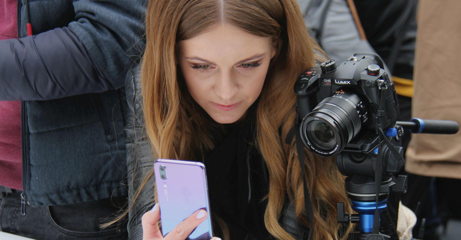 Frau hält P20-Smartphone in den Händen.