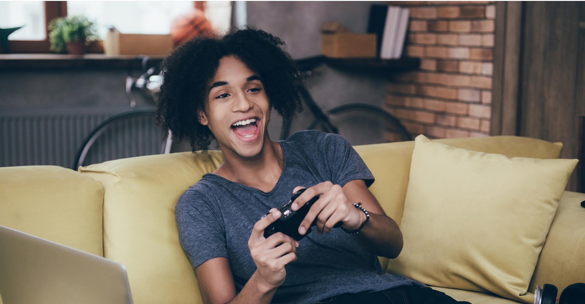 Ein Gamer beim Zocken auf der Xbox One
